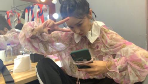 阚清子晒豪放坐姿照:这就是后台的女演员