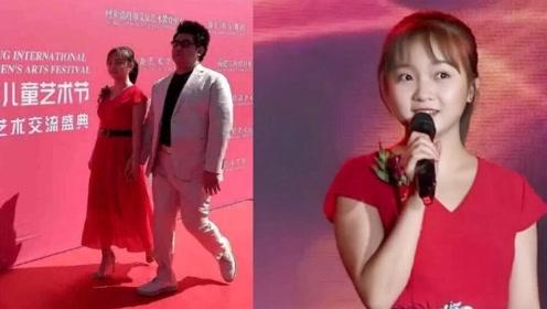 20岁林妙可穿十厘米高跟鞋出席活动,一袭红色连衣裙十分端庄