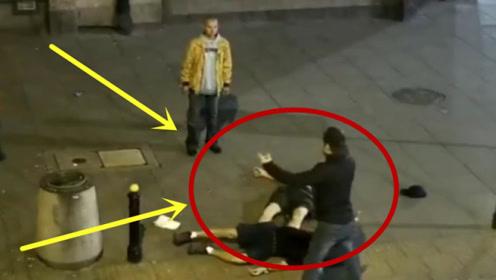 醉酒男子作死挑衅,不料对方是个高手,当场被KO!