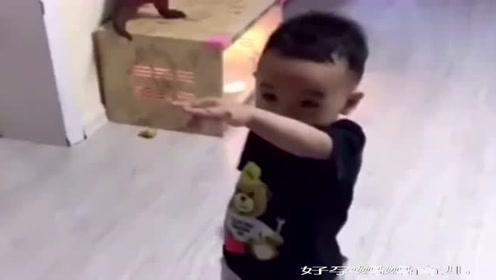 爸爸骂人了,儿子听到后让他罚站,这才叫霸气!