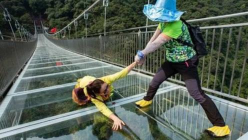 印度游客来到中国,体验玻璃栈道被吓到:玻璃质量这么差?