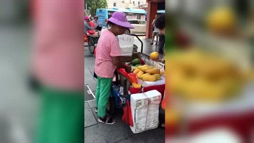 现在魔术师都转行卖水果了吗?偷天换日的水平真高!