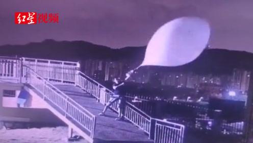 福建福州:台风天施放探空气球,气象小哥被拽着在风中摇摆