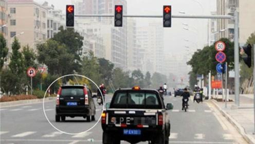 为何有的车闯红灯也没事?老司机:照他这样做,你闯也一样没事!