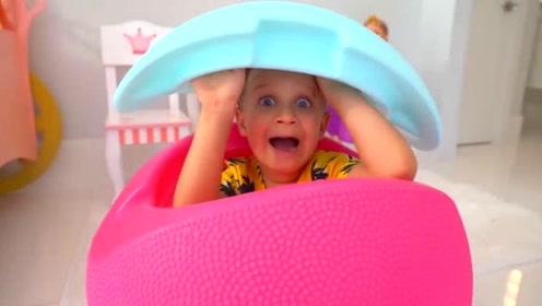 萌娃小可爱这是在玩什么呀,躲在玩具蛋里,想做什么坏事呀!