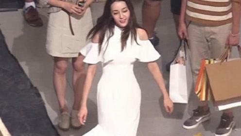 迪丽热巴穿白色紧身裙秀身材,披肩发优雅温柔