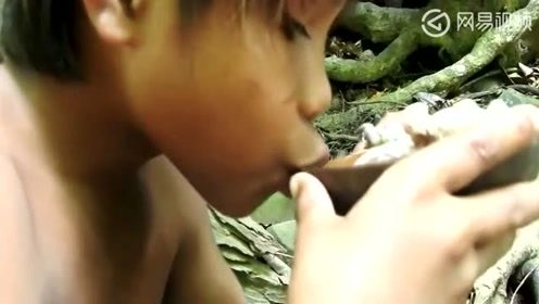 野外生存:黄毛小子在河边做,罐罐炖鸡胗,鲜香美味干饱睡觉