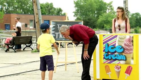 爸爸不给买冰淇淋,熊孩子立马给他一巴掌,路人秒变惊呆状