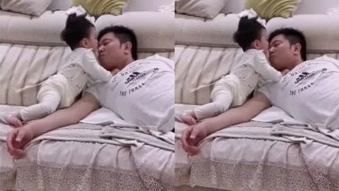 1岁女儿跟爸爸躺在沙发上看电视,下一秒女儿的动作,太有爱了