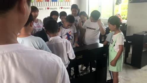 郎朗做日照慈善 与孩子近距离弹钢琴