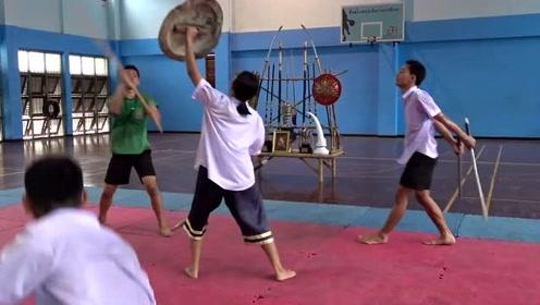 你见过泰国的武校吗?一名女学生用泰国武术与四名男孩打斗