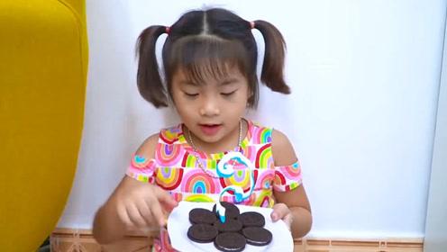 萌娃小可爱偷偷在角落吃奥利奥,都不跟妹妹分享的,好狠心呀!