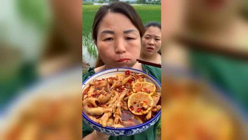 农村阿姨自己做的无骨鸡爪,女儿都吃的辣傻了还想吃,确实很美味