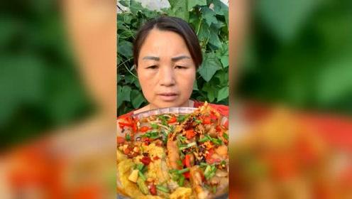 农村阿姨吃无骨鸡爪配面条,咯吱咯吱吃的真起劲,农村人就是实在