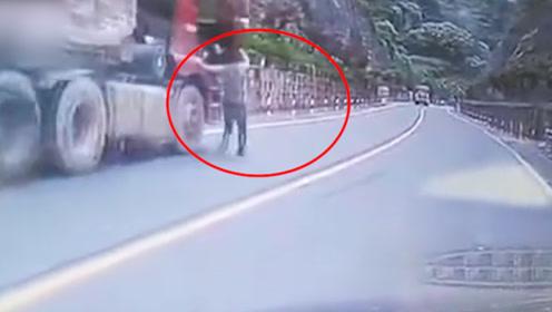 大挂车失控男子跳上车将车停住被记个人二等功 网友:真英雄!