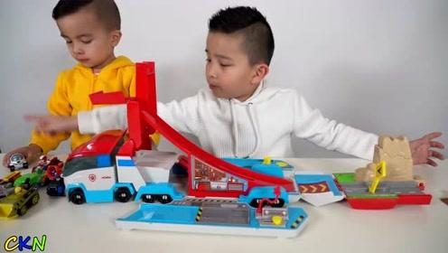 搭建赛车轨道运送汪汪队装备,儿童益智亲子游戏