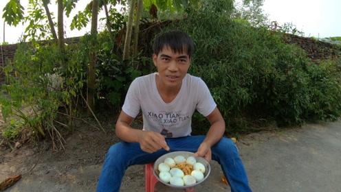 憨吃哥挑战吃10只煮鸡蛋,涪陵榨菜拌着吃,你猜他能吃完吗?
