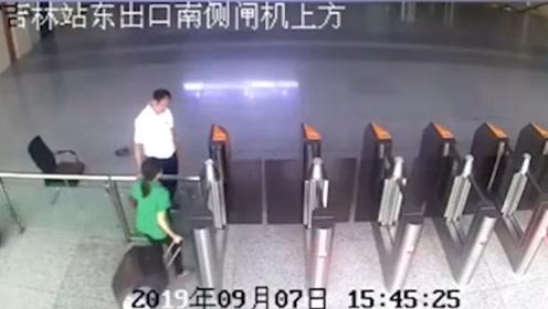 一女子强行闯入出站口并打碎玻璃 还质问民警:你有车吗?