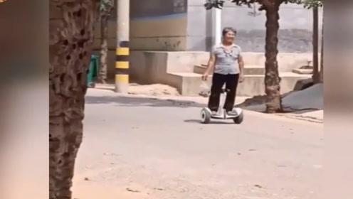 这位老奶奶太潮了,我都不会骑平衡车,她却6到飞起!