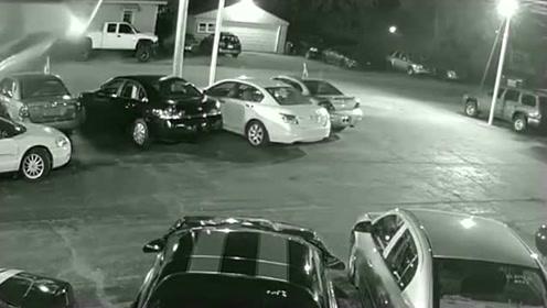 半夜停车场遇上一女司机,监控拍下这画面!