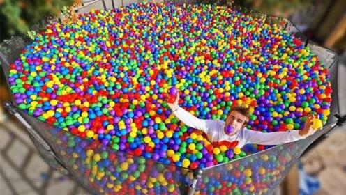 小哥在蹦床里放满彩球,还秀起后空翻,网友:好想一起玩