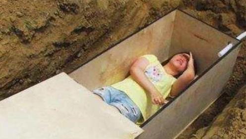 """美女作死体验""""死亡坟墓"""",躺进去三个小时,挖出来后不对劲了"""