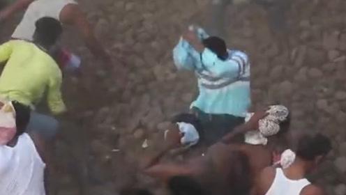 印度泼粪大战上演!天上下起了牛粪雨,一个有味道的视频!