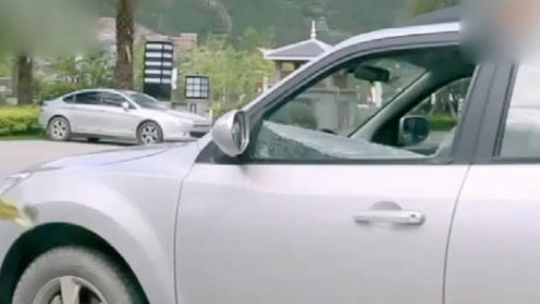 富二代见这辆车不顺眼,让保安拿来两瓶啤酒,竟直接把车砸了