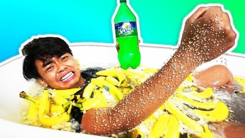 用香蕉和雪碧一起泡澡啥感觉?老外亲测,下一秒场面彻底失控!
