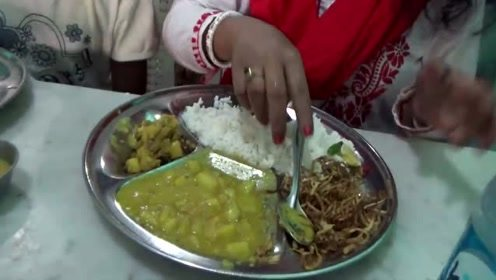 印度餐厅中的特色午餐,白米饭配上特制咖喱菜,手抓吃法太埋汰了