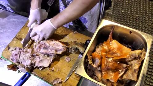 德国街头的特色烤肉,整头小猪烤好后切块,光看着就流口水了