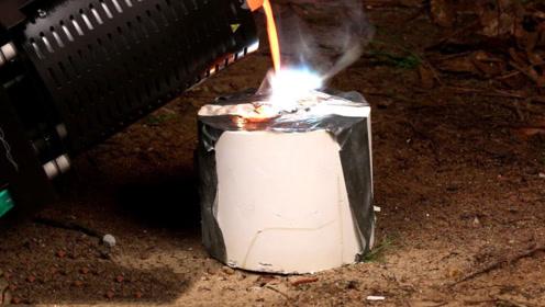 老外野外发现毒蘑菇,回家用1000度铝水浇筑,看到成品惊呆了