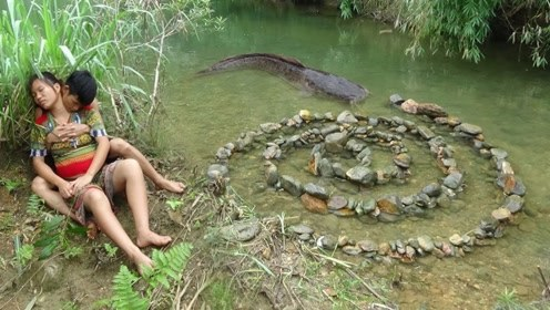"""小两口在河里摆了个""""龙门阵"""",半小时后,震撼一幕出现了!"""