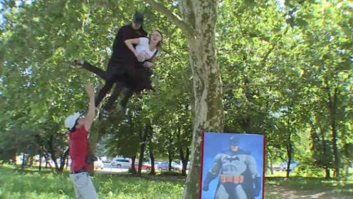 与蝙蝠侠画报拍照,结果被从天而降的蝙蝠侠抱到半空,美女吓够呛
