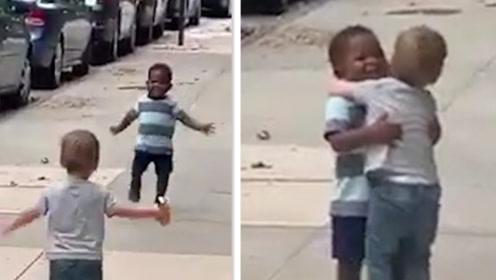 暖!两个2岁大的孩子在纽约街头温情拥抱 感动无数网友