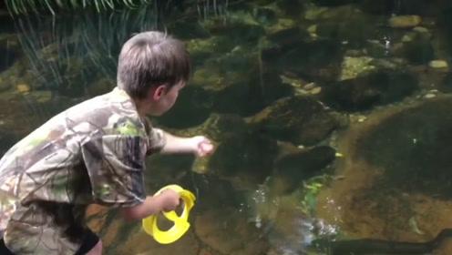 山间小溪里的大鳗鱼毫无防备,小男孩轻松就钓上了岸