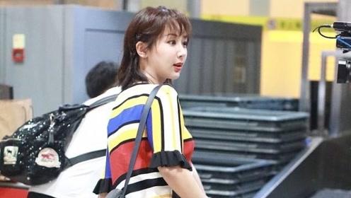 杨紫机场遭围堵拍照,悄悄对助理说:她们其实都不是我的粉丝