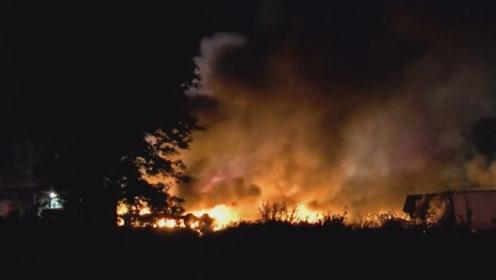 现场熊熊大火!美一架货机降落前坠毁在停车场 已致两人死亡