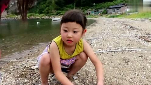 小妹妹捞到了几只水母,她们对这些果冻状的生物很感兴趣