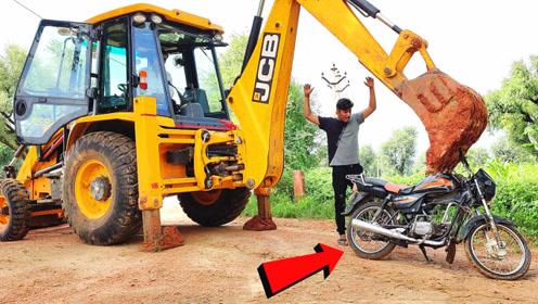 印度的挖掘机司机测试摩托车质量,这架势没几个见过吧?