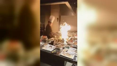 厨师中秋宴表演火焰冰淇淋触发喷淋系统 客人瞬间淋成落汤鸡