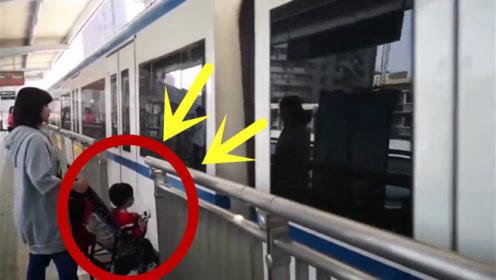 这个妈妈太粗心了,为了抢着火车,就不顾孩子安危了?