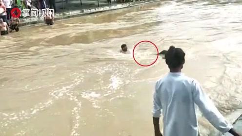 12岁女孩被冲入河中 村民手挽手成人链救人