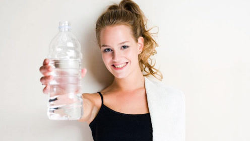 """一天中最适合喝水的4个时间,堪称""""长寿水"""",不渴也要喝"""