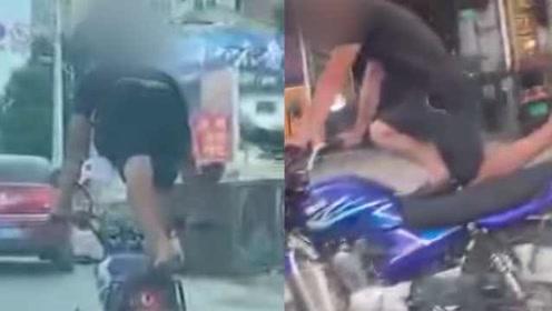 飞一般的感觉?男子单膝下跪骑摩托炫技:头脑发热寻求刺激