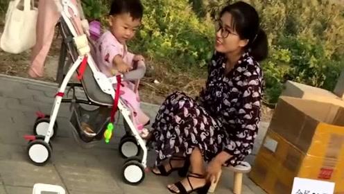 宝宝越来越懂事了,知道妈妈夏天在外摆摊辛苦了,不哭不闹的!
