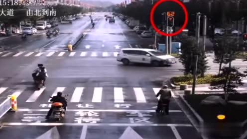 交警:这个骑摩托的好像很嚣张的亚子!