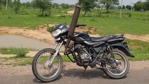 给摩托车换上拖拉机排气管,上路后很是拉风!