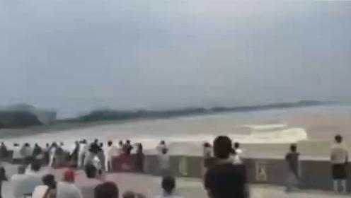直击钱塘江回头潮掀起巨浪 个别游客无视警戒线遭浪潮拍倒在地