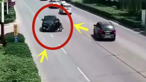 夫妻两人不顾车流横穿马路,下一秒惨被撞飞,360度旋转后落地